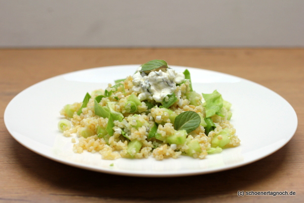 Grüner Bulgur-Salat mit Gurke, Salat, Minze und Hüttenkäse