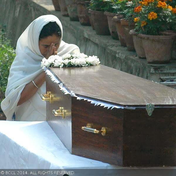 West Bengal chief minister Mamata Banerjee pays her last respect to Suchitra Sen before the actress was laid to rest, in Kolkata. <br /> <br />