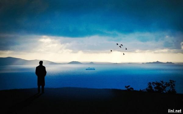 ảnh chàng trai lãng tử ngắm biển một mình