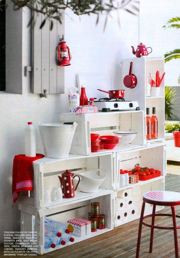 Cocina kitchenette con cajones de verdura de madera reciclados