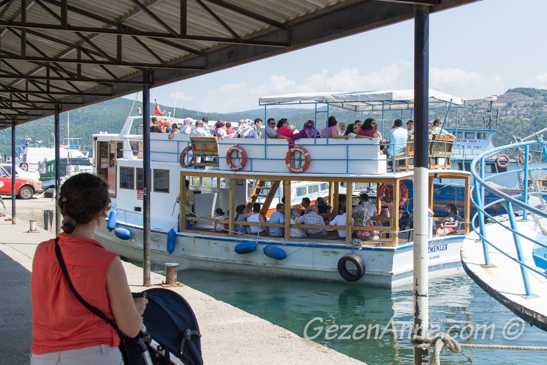 Amasra'da tur için kalkan bir tekneye bakarken