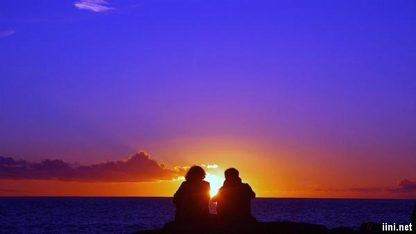 ảnh lãng mạn trước biển lúc hoàng hôn