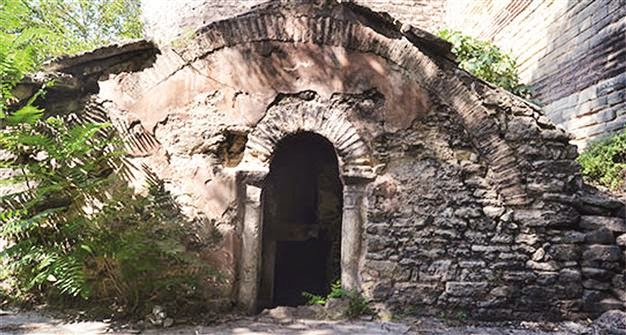 Near East: Byzantine Emperor's tomb turning into garbage dump
