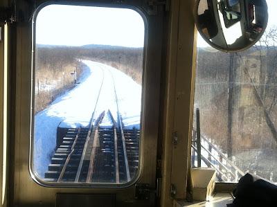 枯れた草原の中を走る列車