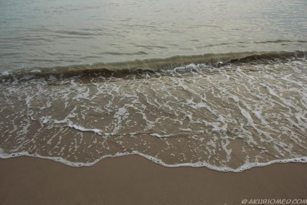 ombak kecil memukul pantai