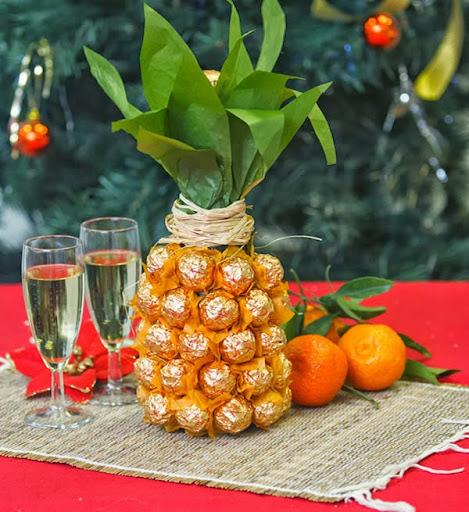 Garrafa decorada com bombons - forma de abacaxi