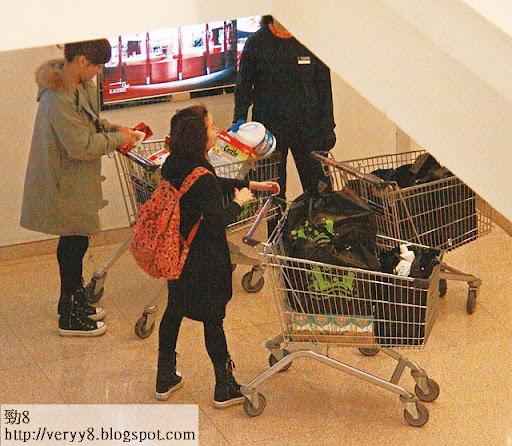 超市職員幫手,負責最重嗰車,三盒洗衣粉加三大樽漂白水。
