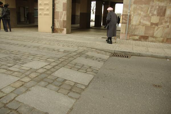 Przy barokowej kamienicy, tzw. Łuku Cezara, stworzono specjalne wywyższone przejście dla pieszych.
