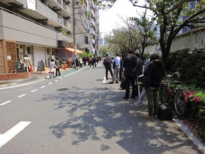 お店の前の通りを挟んだ、目黒川沿いの行列!!