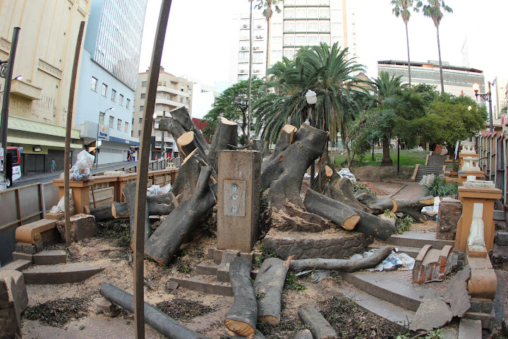 ...agora a praça está ficando assim: sem árvores!! Foto de Ieve Holthausen