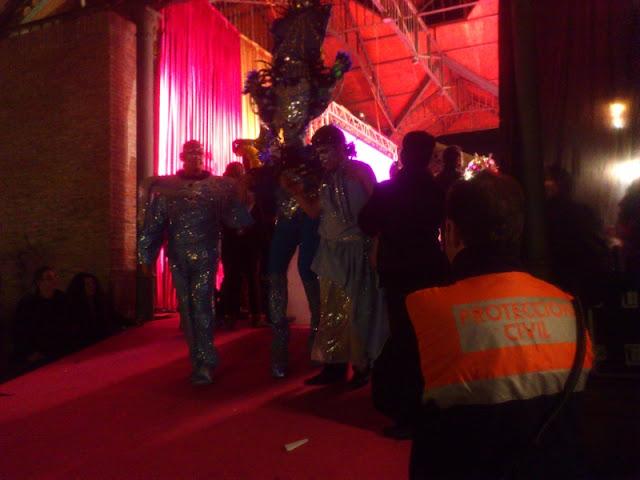 Uno de nuestros voluntarios controlando la subida y bajada de las DragQueen del escenario.