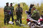 """Des militaires congolais à Kibati (Nord-Kivu) en train de lire """"Echos de la Monusco"""" le bulletin de communication interne de la Monusco, jeudi 12 juin 2014."""