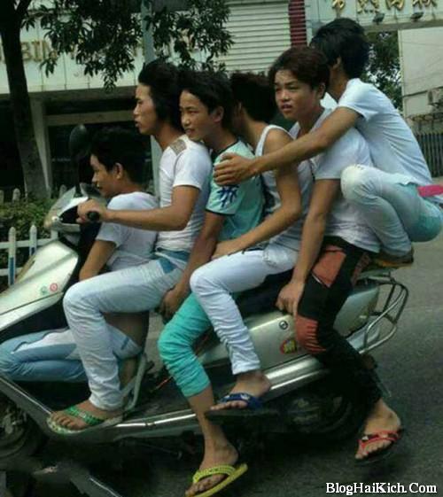 Ảnh thanh niên chất đống trên xe máy