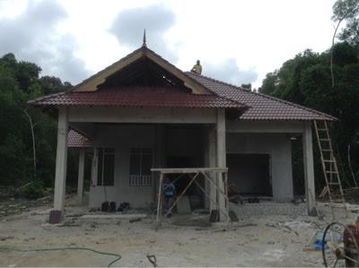 Kerja Memasang Atap Concrete Roof Tiles Membina Rumah