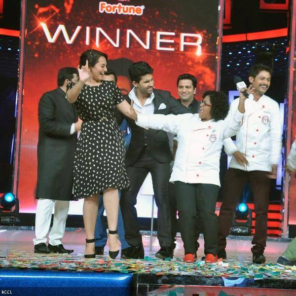 Sonakshi Sinha enjoys a moment with the finalists at the grand finale of the cookery show Master Chef Season 3, held in Mumbai. (Pic: Viral Bhayani)