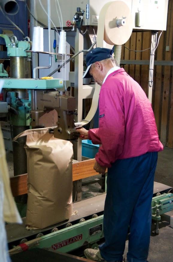木村和雄さんによる計量・袋詰作業