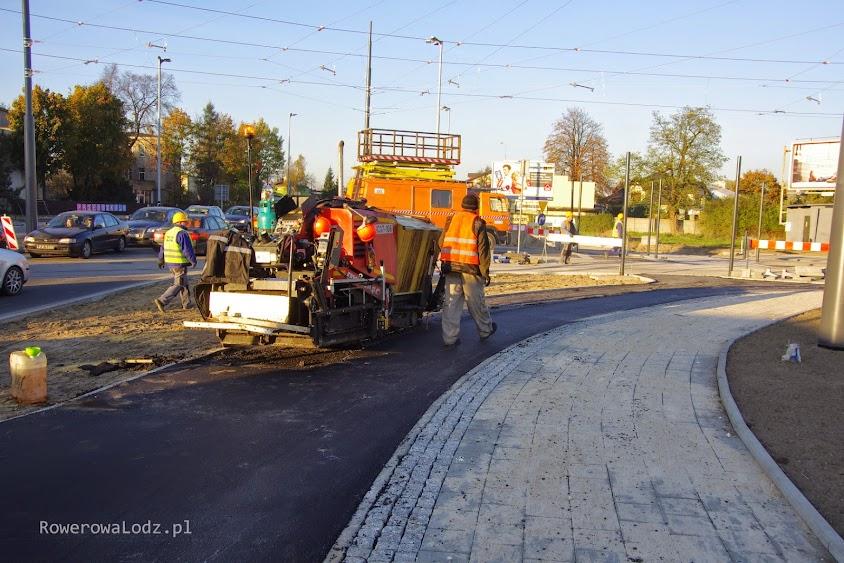 Trwa układanie drugiej warstwy asfaltu.