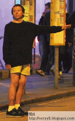 天寒地凍,容錦昌仲著短褲,露出一笪笪傷痕。
