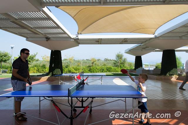 oğlum ve babası masa tenisi oynarken, Hilton Dalaman oteli