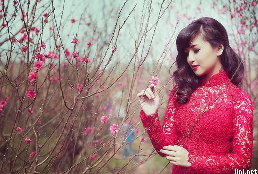 Cô gái xinh đẹp đi dạo trong vườn hoa Tết