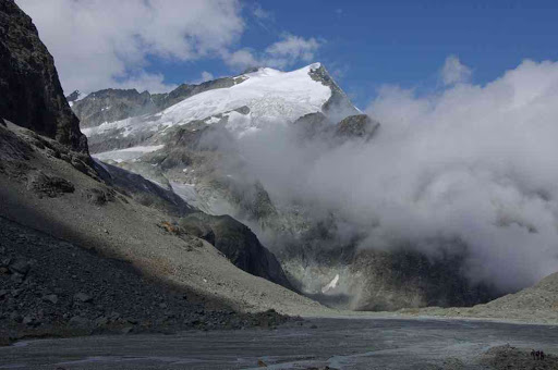 Le pigne d'Arolla 3772 m vu depuis la moraine du haut glacier d'Arolla