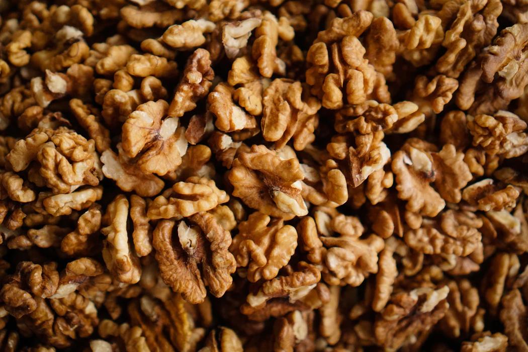 kreeka pähklid mustal taustal