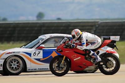 Karel Abraham vs L-19 Dolphin vs Porsche 911