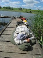 Ярослав спить на пірсі