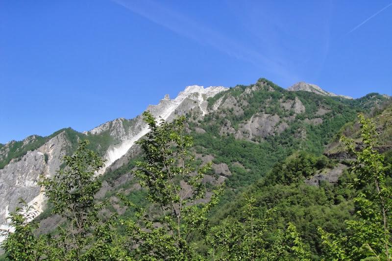 И снова дорога через горы и леса, мимо мрамородобывающих карьеров