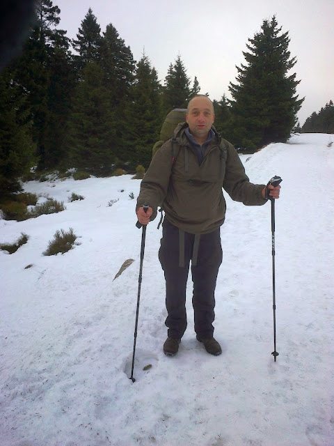 Ohne die Trekkingstöcke hätte ich mich wohl sicher mal auf die Fresse gelegt wegen des glatten überfrorenen Schnees.