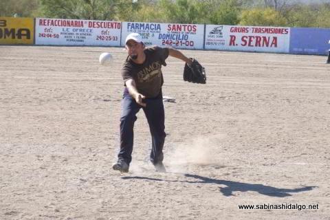Gaspar Ibarra lanzando por Diablos en el torneo de softbol del Club Sertoma