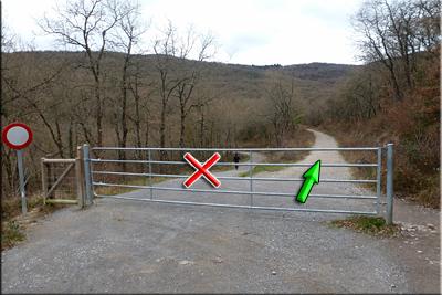 Tras el portón seguimos a la derecha