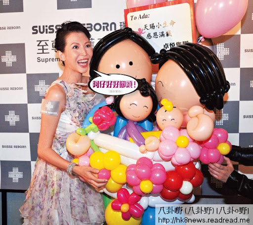 次次佗 BB都賺到盆滿鉢滿,蔡少芬抱著一家四口的氣球,當然笑到四萬咁口。