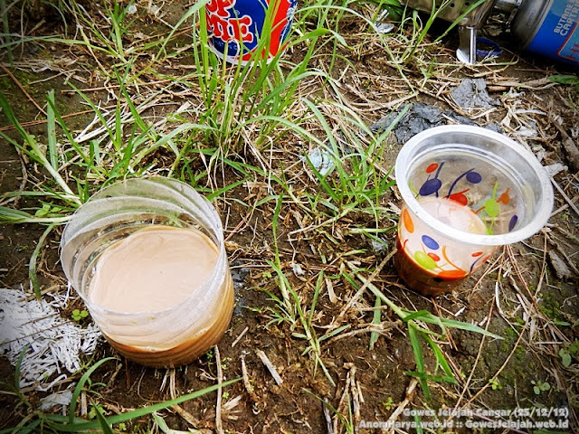 Secangkir kopi di tengah aktivitas olahraga (gowes)