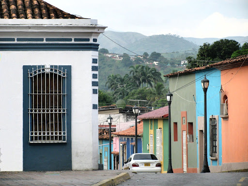 Casas en la plaza Jose Felix Ribas en el centro de La Victoria, Aragua, Venezuela