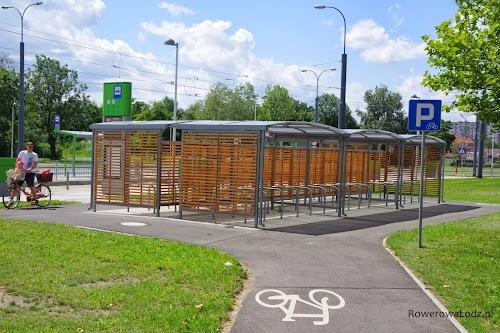 Zadaszony parking dla rowerów przy przystanku tramwajowym