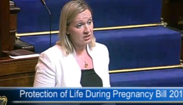 Lucinda Creighton, Secretaria de Estado de Asuntos Europeos dimite por defender la vida