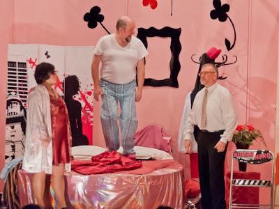 Philippe Sebastien (Daniel Maurer) erwischt seine Frau Josiane (Pascale Clair) im Schlafzimmer mit dem Dekorateur Gérard (Denis Bixel).