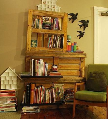 Estanteria o biblioteca hecha con palets enteros reciclados