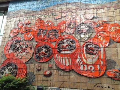 高崎駅西口にある壁画だるま