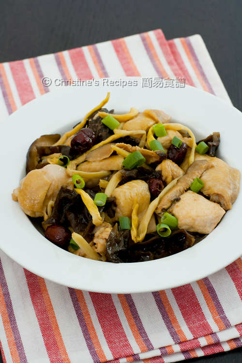 Steamed Chicken with Wood Ears and Dried Lily Buds