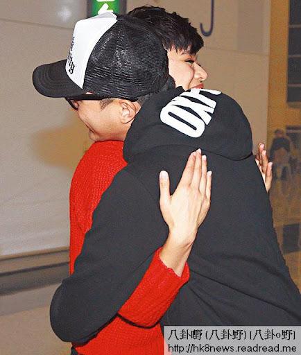 胡杏兒正日生日出發英國拍《衝 II》,張智霖向壽星女送上愛的抱抱。