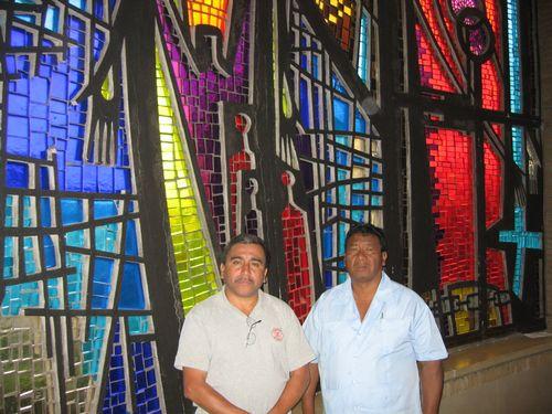 Luciano en Alberto wilden zo veel mogelijk zien en ervaringen delen (kerk Strijland).