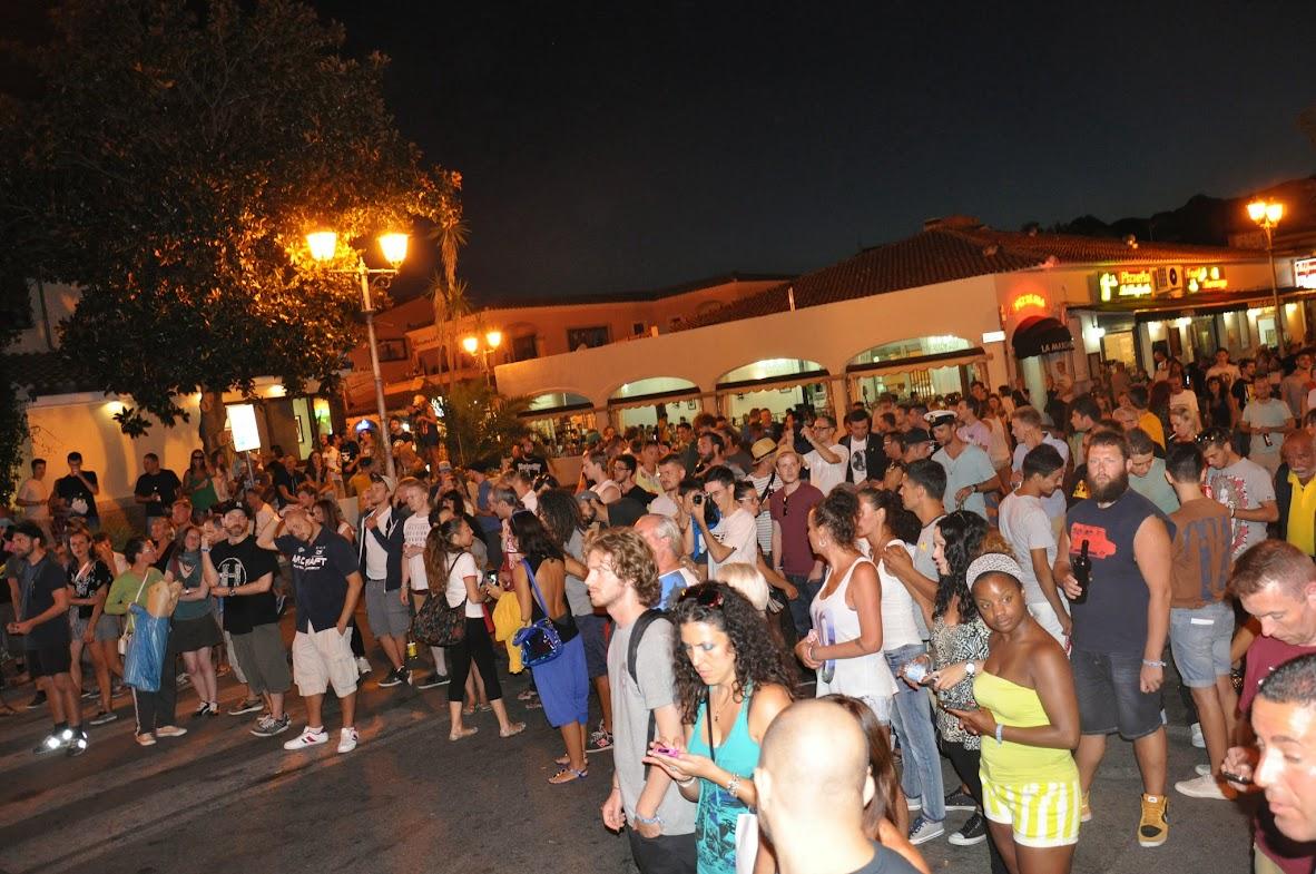 Предпоследняя вечеринка у полицейского участка в центре Сан Теодоро