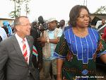 Martin Köbler, représentant spécial du secrétaire général de l'Onu pour la RDC  visitant les expulsés de Brazzaville en compagnie de Geneviève Inagosi, la ministre du Genre, de la famille et de l'enfant de la RDC le 23/05/2014 à Kinshasa-Maluku. Radio Okapi/Ph. John Bompengo