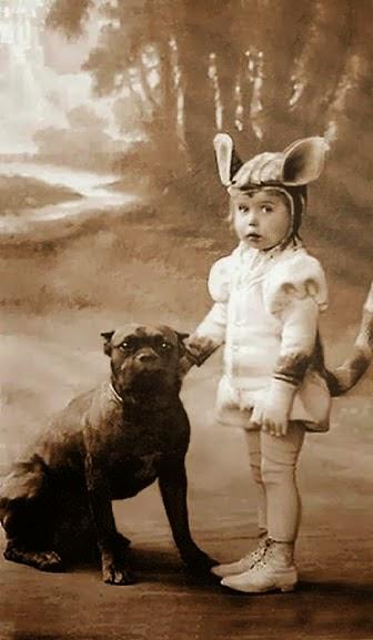 Criança e seu cachorro em foto datada entre o final do século XIX e início do século XX