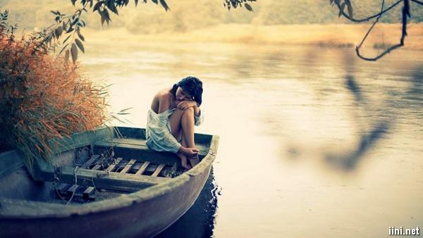 ảnh cô gái buồn ngồi trên thuyền nhớ người yêu