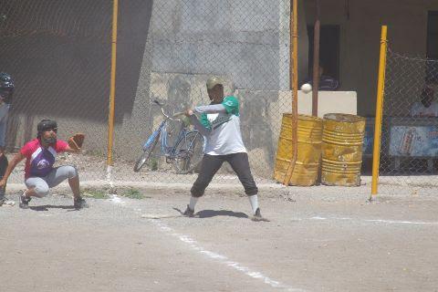 Virginia Domínguez de Pioneras de Vallecillo en el softbol femenil del Club Sertoma
