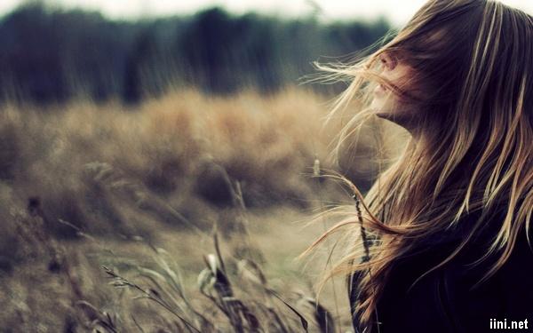 ảnh cô gái xõa tóc bay bay rất buồn