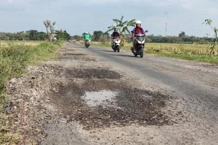 Kondisi ruas jalan Teguhan-Jatigembol rusak parah banyak lubang